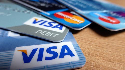 با استفاده از کارتهای اعتباری بینالمللی مشکلات مردم برای سفرهای خارجی و پرداختهای بینالمللی تا حدی حل خواهد شد